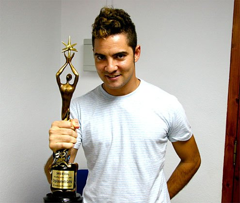David Bisbal con la estatuilla Orgullosamente Latino, El Premio del Público